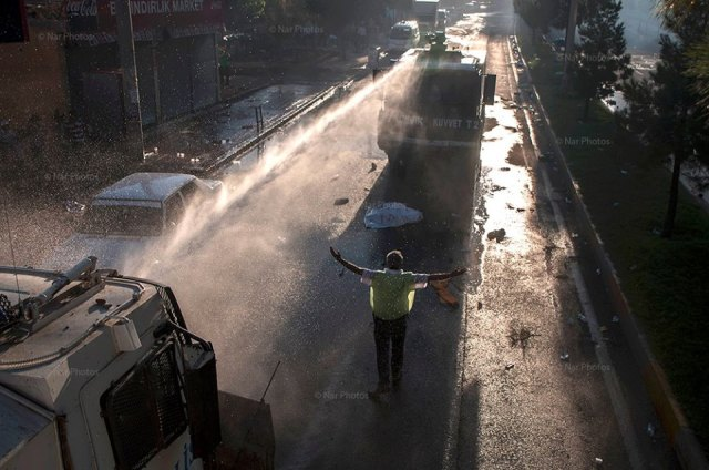 Water cannon being deployed in Diyarbakir © Fırat Aygün/ NarPhotos