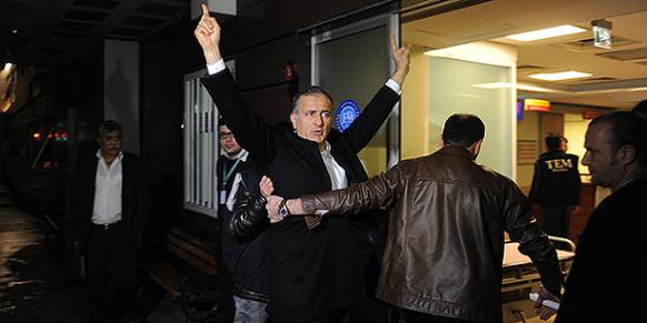 Zaman editor-in-chief Ekrem Dumanlı is seen being escorted into a hospital for health screening early on Thursday. (Photo: Today's Zaman, Selahattin Sevi)
